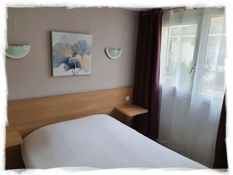 Double room with desk and shower
